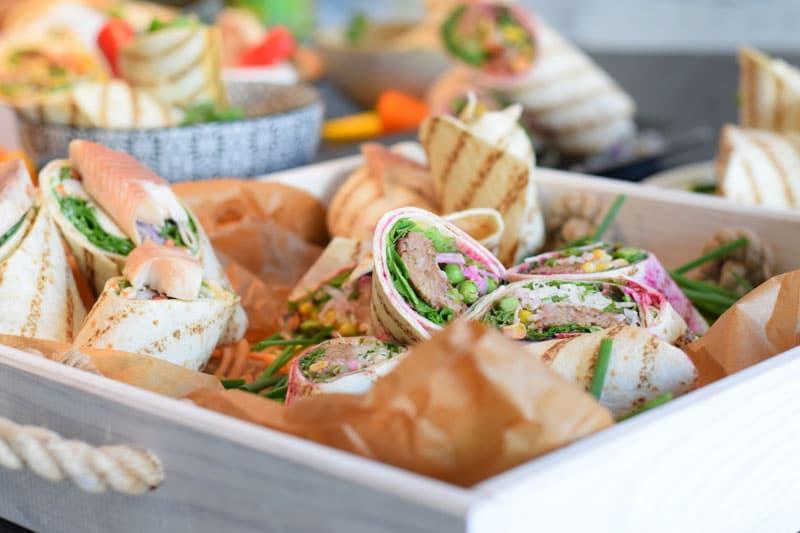 Wraps gehen schnell, sind unglaublich vielseitig für alle Ernährungsformen, sind ideal zum Mitnehmen und auch für Meal Prep geeignet.